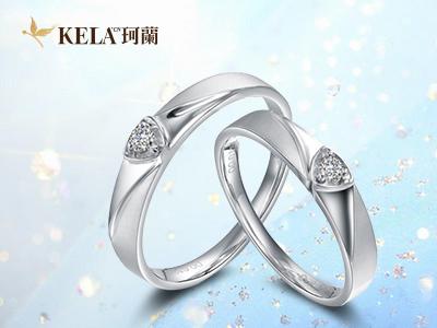 婚礼仪式上,新人的婚礼对戒交换讲究很多,外观上,在互换戒指时动作要